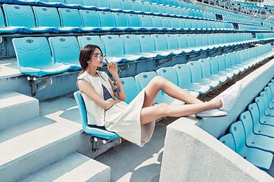푸른 테니스 코트와 서머 화이트 룩