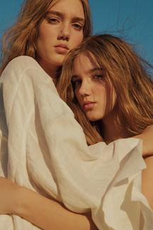 초원을 걷는 두 소녀의 목가적인 풍경