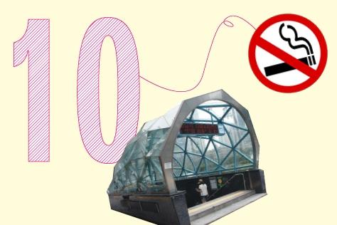 지하철 입구에서 흡연하다가는 지갑 털립니다