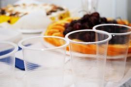 스파클링 와인, 플라스틱 컵에 마시지 말아라