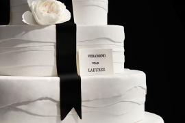 베라 왕의 웨딩 드레스를 입은 케이크