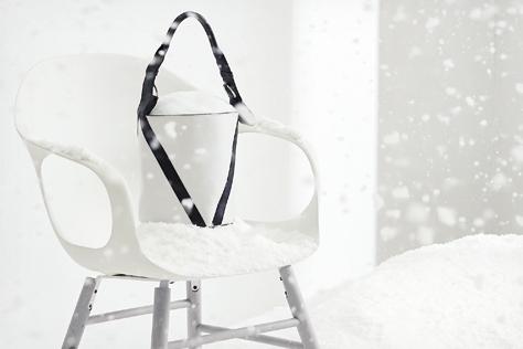 나른한 햇살이 비치고 하얀 눈이 소복이 쌓인 비현실적인 공간. 티 없이 깨끗하고 눈부신 곳에 화이트 오브제가 살포시 내려앉았다.::화이트,체어,의자,주얼리,액세서리,델보,샤넬,인테리어,화보,엘르 데코,데코,엘르,엘르걸,elle.co.kr::