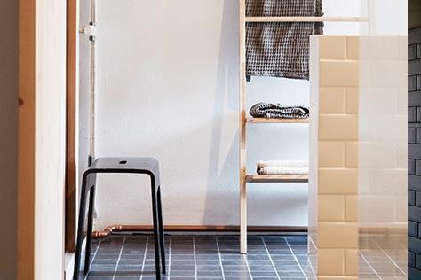 수납의 기술이 더해진 모던한 욕실. 마치 파우더룸 같은 욕실을 원한다면 바로 이 곳에 주목하길.::욕실,인테리어,홈데코,데코,엘르데코,엘르,elle.co.kr::