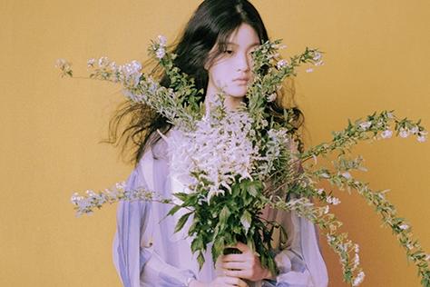 머리부터 발끝까지 꽃으로 감싼 소녀가 봄의 시작과 끝을 알린다.::플라워,화보,패션화보,봄,엘르,elle.co.kr::