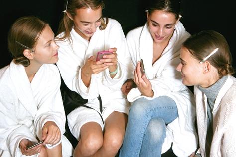 언제나 손 뻗어 닿을 만한 거리에 있어야 마음이 놓이는 스마트폰. 하지만 자세는 물론 피부와 몸매까지 망치는 주범이라니! 지금처럼 자나깨나 함께 하느냐 이제라도 멀리하느냐, 그것이 문제로다.::스마트폰,안티 디지털,홍조,피부 보호,미세 먼지,엘르,elle.co.kr::