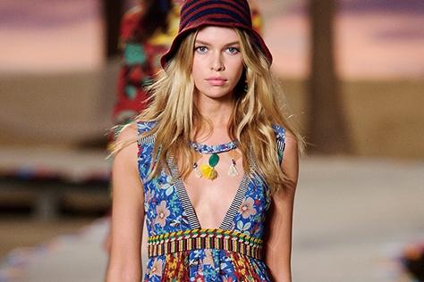 화려한 원피스에 재킷만 걸쳐주면 끝. 5월부터 한여름까지 입을 패턴 드레스 총집합.::원피스,여름,패턴원피스,쇼핑,엘르,elle.co.kr::