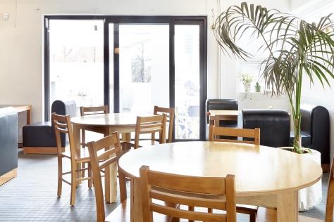 소월길로 여행 떠난 나래가 들른 곳은 비단콤마. 커피, 식사, 전시를 모두 즐길 수 있는 문화 광장이다.::나래가간다,소월길,비단콤마,커피,커피숍,일본식,일본가정식,식사,전시,남창동,서울역근처,맛집,엘르,elle.co.kr::