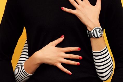 크리에이티브한 스타일링이 가능한 스와치의 손목시계 '팝 워치'의 다채로운 매력.::손목시계,워치,팝워치,스와치,시계,스트라이프,패션,아이템,엘르,elle.co.kr::