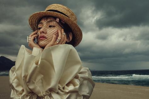 미스테리한 바닷가에 홀로 남겨진 소녀와 그녀를 감싼 반짝이는 주얼리들. ::주얼리,바닷가,바다,주얼리화보,액세서리화보,엘르화보,화보,액세서리,엘르 액세서리,엘르,elle.co.kr::
