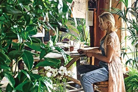보헤미언 감성으로 풍요로움과 화려함이 공존하는 집을 꾸민 인테리어 디자이너 세라 허셤-로프터스. 꿈속인 듯 몽환적인 그녀의 공간에는 시대와 스타일을 알 수 없는 골동품과 패브릭, 나무들이 얽히고설켜 마치 세트처럼 비현실적인 무드로 가득하다.::공간,인테리어,인테리어디자이너,골동품,식물,패브릭,데코,엘르데코,엘르,elle.co.kr::