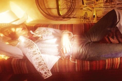 시퀸, 스팽글, 글리터, 벨벳…. 반짝임으로 무장한 카우 걸이 전혀 새로운 패션 모멘트를 제안한다.::시퀸, 스팽글, 글리터, 벨벳,반짝임,반짝반짝,블링블링,빛,카우보이,카우걸,패션화보,화보,패션,엘르,elle.co.kr::