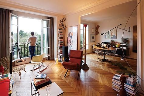 프랑스의 진보적인 아티스트 마티유 마르시에와 그의 사랑스런 가족들이 사는 집은 유명 디자이너들의 이름을 나열하다가 지칠 만큼 예술 작품으로 가득하다. 어지러울 정도로 수많은 컬렉션 틈에서 가족들은 자신들만의 규칙이 있어 어떤 물건도 잘 찾을 수 있다고 장담한다.::마티유마르시에,아티스트,예술작품,집,공간,인테리어,아트피스,데코,엘르데코,엘르,elle.co.kr::