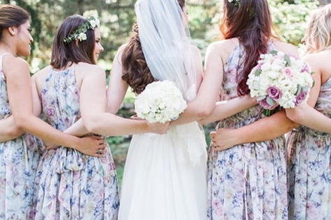 화려한 스포트라이트 조명 아래가 아닌 푸르른 잔디를 밟으며 나무와 꽃이 어우러진 야외에서 진행되는 결혼식. 상상만으로도 로맨틱하다. 장소 선택에서부터 데커레이션까지 신랑, 신부의 취향에 맞춘 개성 있는 웨딩을 할 수 있지만 허술하게 준비했다간 초라한 결혼식이 될 수도 있다. 그래서 준비했다. 가든 웨딩을 완벽하고 좀 더 특별하게 만들어 줄 다섯 가지 팁.::결혼식,야외결혼식,웨딩,스몰웨딩,여름,신부,브라이드,엘르,elle.co.kr::