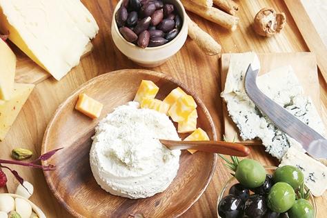 힘들이지 않고 차릴 수 있는, 갖은 치즈를 썰어 낸 치즈 플래터.::박세훈,푸드,치즈,플래터,파티,엘르,elle.co.kr::