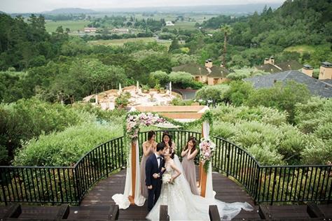 단 하루, 평소 꿈꿔온 신부의 모습으로 조금은 특별한 결혼식을 올린 이들이 있다. 한국, 미국, 발리에서 각자의 방식으로 결혼한 세 커플의 웨딩 마치. 그 첫번째 이야기.::결혼식,미국식,데스티네이션 웨딩,인사이더 웨딩,비욘드 더 드레스,웨딩,야외결혼식,독특한 결혼,결혼,결혼식,신부,웨딩,브라이드,엘르 브라이드,엘르,elle.co.kr::