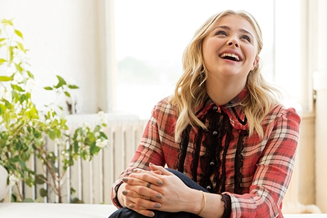 분명 좋은 에너지를 발산하는 사람이 있다. 맑은 피부와 세상에서 가장 싱그러운 미소를 가진 배우 클로이 모레츠는 바로 그런 사람 중 하나다. 화끈하고, 유쾌하며, 행복해지기 위해 노력하는 클로이 모레츠의 향기로운 삶을 들여다봤다.