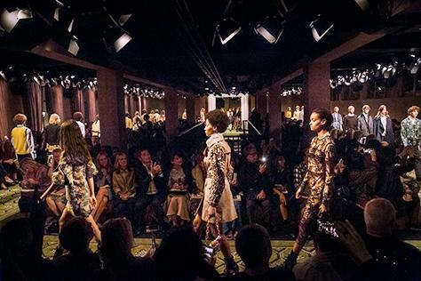 2016년 9월, 소호의 중심가 메이커스 하우스(Makers House)에서 열린 버버리 런웨이 쇼. 남녀 컬렉션을 모두 선보인 최초의 쇼이자, 쇼가 끝난 직후 컬렉션 제품을 바로 구매할 수 있는 새로운 콘셉트의 버버리 런웨이 쇼를 지금 공개한다.::버버리 9월 컬렉션, SEE NOW BUY NOW, 메이커스하우스, 버버리 서울 플래그십, 전도연, 브라이들 백::
