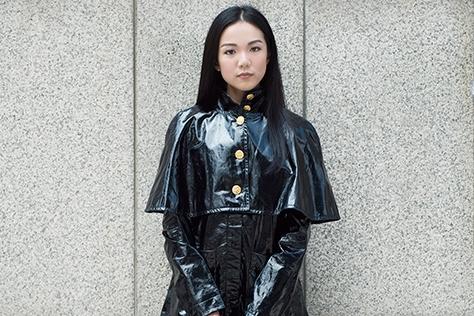 확실한 존재감으로 스트리트 포토그래퍼들을 분주하게 만든 패션 인플루언서 요요 카오가 전하는 간절기 스타일링 팁.