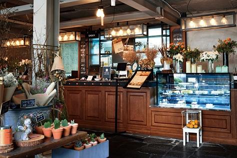 꽃과 커피를 파는 홍대의 카페 콜린은 새벽 3시까지 문을 연다. 밤이 되도록 꽃을 사지 못한 사람을 위해 ::꽃집,데이트,홍대,카페,콜린,커피숍,야간,심야,핫플레이스,엘르,elle.co.kr::