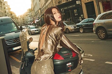 쌀쌀한 바람 속 따뜻한 햇빛이 풍경에 스며든다. 봄을 기다리는 설렘으로 채워진 파리에서의 여유로운 시간::파리,프랑스,파리시내,모델,박지혜,패션화보,패션,엘르화보,화보,엘르,elle.co.kr::