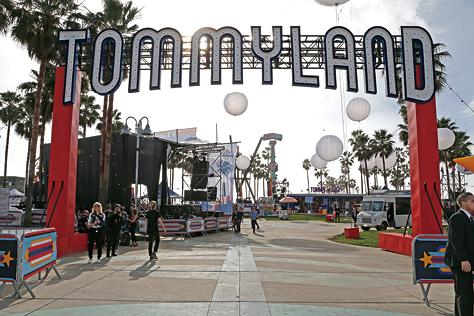 LA 베니스 비치에 세워진 디자이너 타미 힐피거의 원더랜드 그리고 두 번째 '인 시즌' 컬렉션::타미 힐피거,타미랜드,LA,베니스 비치,컬렉션,디자이너,패션,엘르,elle.co.kr::