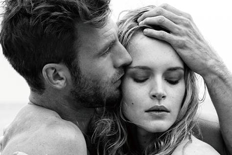 육체적 관계를 맺어야만 사랑의 모닥불이 피어나는 것일까. 사랑의 조건이 다양해지고 있다::섹스,sex,허그,잠자리,남녀,스킨십,키스,무성애자,에이븐,관계,성적취향,침대 위,연애담,사랑,러브,연애, 엘르, elle.co.kr::