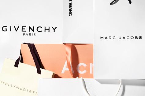 실제로 쇼핑백을 들고 외출해 본 경험이 있다면 당신의 패션 센스는 100점 만점에 200점! 한 번 쓰고 버리기 아까운 럭셔리 브랜드 쇼핑백의 감각적인 디자인을 소개한다.::돌체앤가바나, 마크 제이콥스, 미우미우, 발렌시아가, 셀린, 셀린느, 스텔라 맥카트니, 아크네 스튜디오, 프라다, 쇼핑백, 하우스 브랜드 쇼핑백, 페이퍼백, 백, ootd, 데일리룩, 엘르, elle.co.kr::