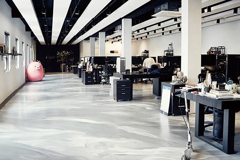 소셜 미디어 마케팅으로 뷰티 스타트업의 역사를 쓴 미팩토리가 진짜 공장으로 이사했다::소셜 미디어,마케팅,뷰티,스타트업,미팩토리,공장,이사,오피스,성수동,Glow,카페,워크플레이스,엘르,엘르데코,데코,elle.co.kr::