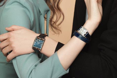 서로의 손목을 달콤하게 감싼 커플 워치::시계, 워치, 커플시계, 악세서리, 액세서리, 엘르 액세서리, 엘르, elle.co.kr::