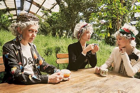 올드한 꽃가라 패턴으로 완성한 '그래니 시크'::그래니,시크,꽃,꽃무늬,플라워패턴,올드,할머니룩,그래니룩,트렌드,패션,화보,패션화보,엘르화보,엘르,elle.co.kr::