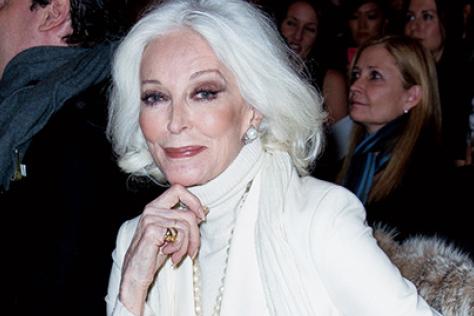 새하얀 머리와 깊게 패인 주름, 구부정한 허리… 할머니들이 패션계를 점령했다::꽃할매,할머니,그래니,그래니룩,시니어,하얀머리,할머니패션,트렌드,패션,엘르,elle.co.kr::