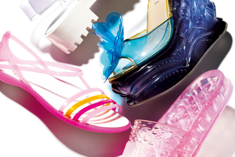 어린 시절의 향수를 말랑말랑 자극하는 젤리 슈즈의 깜찍한 반란::젤리슈즈,젤리,투명,슈즈,신발,여름신발,샌들,패션,엘르,elle.co.kr::