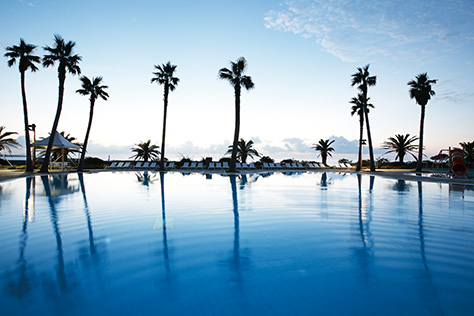 여름에 호텔이 더욱 좋은 건 여름에 뭘 해야 하는지를 알고 있기 때문이다::호텔,호텔놀이,여름휴가,호텔패키지,국내호텔,야외수영장,루프톱바,야외테라스,호텔빙수,티세트,섬머패키지,엘르,elle.co.kr::
