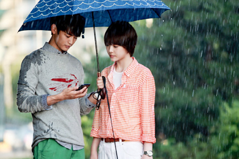 그날의 데이트 룩은 어떻게 다른가::비오는날데이트, 우산, 레인부츠, 장화, 장우산, 우비,데이트룩,커플룩,패션,엘르,elle.co.kr::