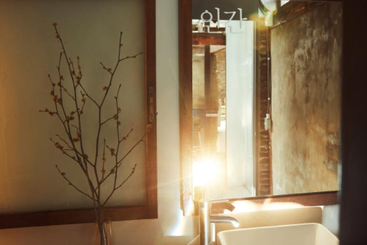 좁은 곳도 넓게, 심심한 곳도 재미있게, 거울이 주는 마법 같은 인테리어를 찾아서.