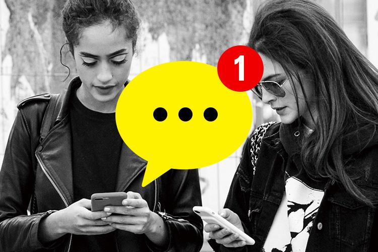 인간관계의 새로운 연결 고리가 된 모바일 메신저 대화방. 이 안에서는 말의 의미와 맥락보다 리액션이 중요하게 여겨진다::대화방,sns대화방,인간관계,모바일메신저,메신저,스마트폰,소통,관계,라이프스타일,엘르,elle.co.kr::