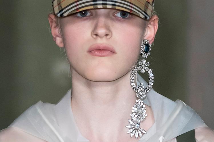 올가을엔 이 귀걸이::귀걸이, 귀고리, 가을 패션 트렌드, 셀린, 셀린느, 발렌티노, 지지 하디드, 벨라 하디드, 펜디, 엘르, elle.co.kr::