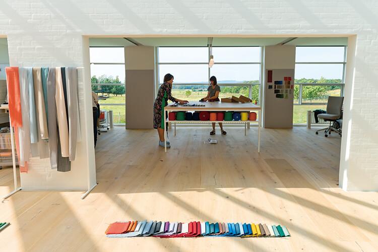 건축가 세빌 피치가 2년간의 레너베이션을 통해 완성한 패브릭 브랜드 '크바드랏'의 오피스는 자연에 머물러 있다::크바드랏,오피스,사무실,회사,레너베이션,패브릭,엘르,elle.co.kr::