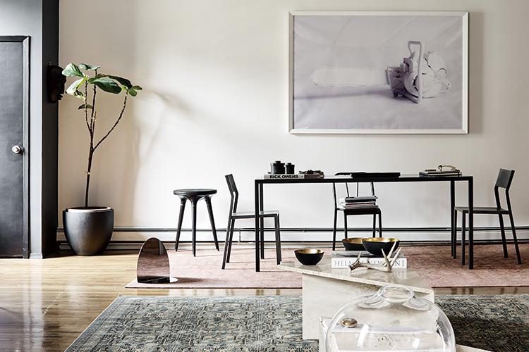 매력적인 크리에이티브 듀오가 함께 사는 맨해튼 로프트 하우스를 공개한다. 패션과 예술, 디자인을 넘나드는 취향을 지닌 두 여자는 일과 삶의 균형을 집에서부터 찾았다::인테리어,로프트하우스,맨해튼,뉴욕,맨하탄,크리에이티브,데코,엘르,elle.co.kr::