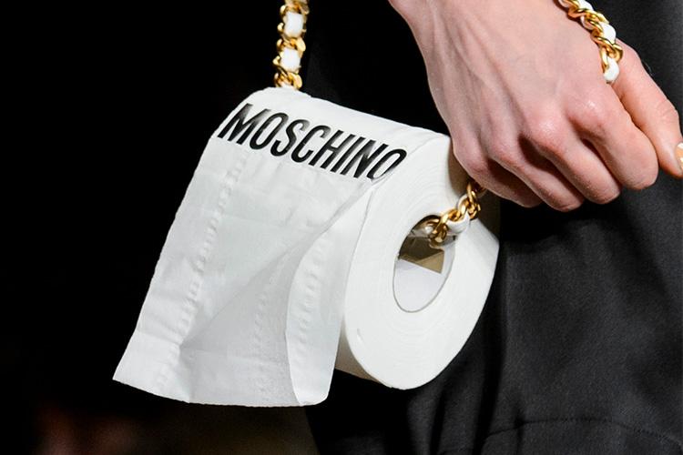 상상할 수 있는 모든 것. 재기 발랄한 가방들이 F/W 컬렉션에 나타났다::가방,잇백,핸드백,런웨이,2017 FW,샤넬,톰 브라운,로에베,패션,엘르,elle.co.kr::