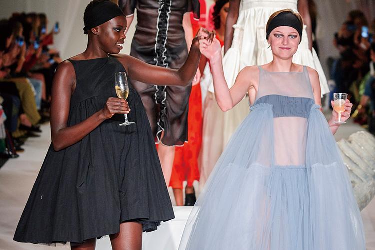 영국적인 스타일의 위용을 떨친 런던의 이야기는 아직 끝나지 않았다::런웨이, 패션위크, 런던, 영국, 레지나 표, 몰리 고다드, 타미 힐피거, 버버리, 엘르, elle.co.kr::