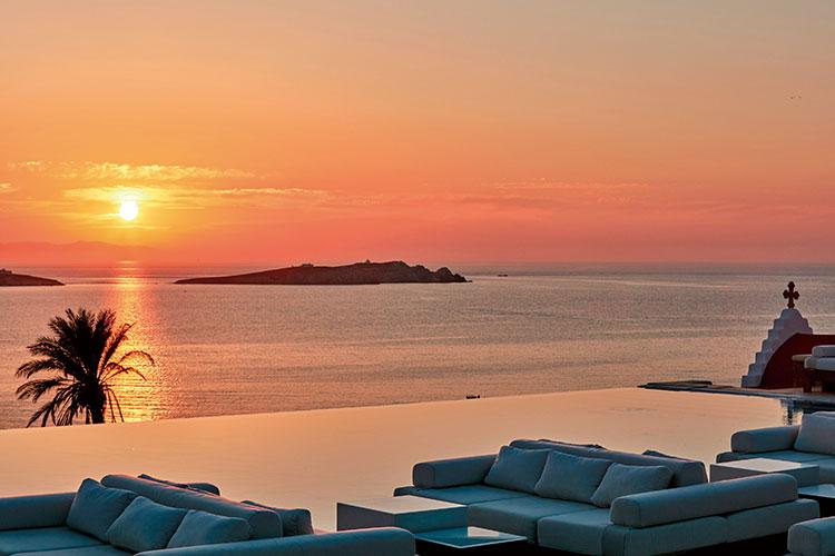가만히 앉아만 있어도 환상적인 풍광 덕에 파티의 섬이라고 불리는 그리스 미코노스 섬을 소개한다::여행,신혼여행,해외여행,여행지,여행지추천,바다,지중해,신혼부부,신혼,결혼,결혼식,엘르 브라이드,엘르,elle.co.kr::