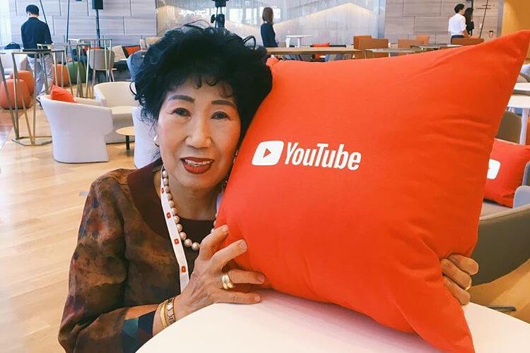 """유투브를 '윷투비'라고 쓰고 툭하면 """"염병하네""""라며 걸쭉한 표현들을 퉁명스레 내뱉는 올해 71세 박막례 할머니는 한국의 유튜브가 만들어낸 최고의 스타다::박막례,유튜버,할머니,SNS,엘르,elle.co.kr::"""