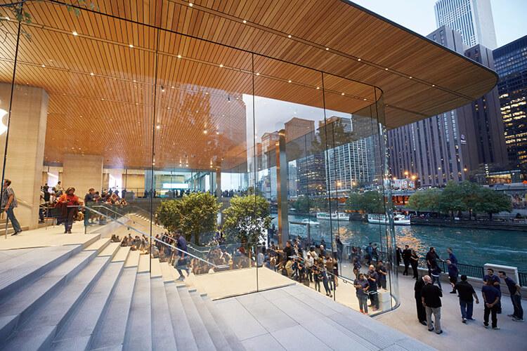 지금 애플 스토어가 변하고 있다. 스마트폰 밖으로 나와 사람들과 어울리고 소통하라고 말하는 공간. 애플 스토어를 '타운 스퀘어'라고 불러야 하는 이유::애플,아이폰,애플스토어,엘르,elle.co.kr::