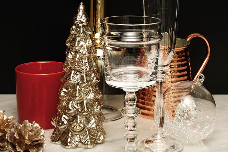 겨울을 밝혀줄 소품을 하나 둘 모으다 보니, 어느새 근사한 파티 테이블이 차려졌다::겨울,식탁,홀리데이,파티,테이블,상차림,테이블셋팅,소품,그릇,데코,엘르,elle.co.kr::