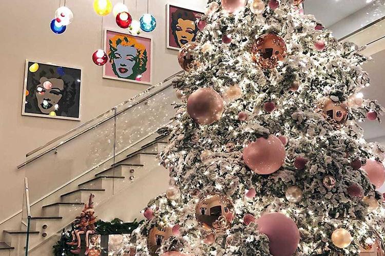 너무 예리 해서 어처구니없을 정도로 허무맹랑한 셀럽 수사. 2017년 크리스마스를 위해 스타들이 준비한 트리에 숨은 의미 해독하기::크리스마스,트리,크리스마스트리,스타,셀럽,할리우드,연말 파티,홀리데이,카일리 제너,머라이어 캐리,엘르,elle.co.kr::