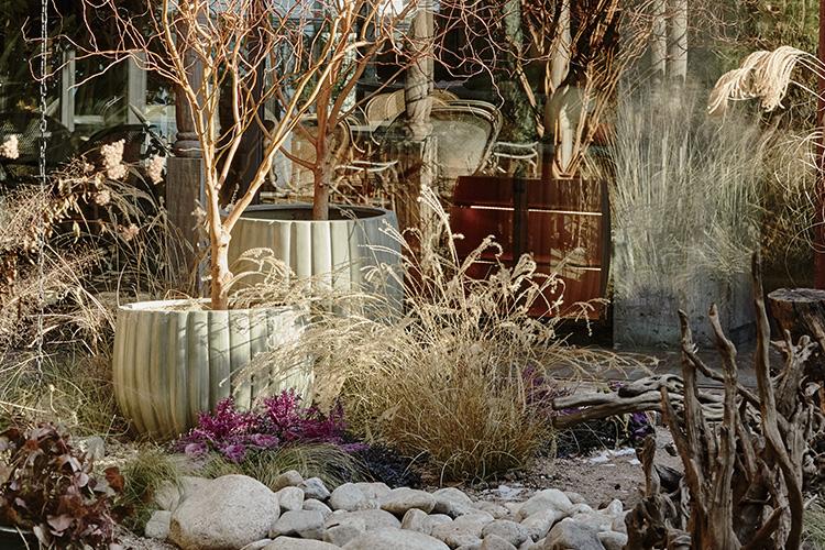 뉴욕에서 온 플로리스트 제나 제임스가 <엘르>를 위해 미완성의 비밀 정원을 공개했다. 논현동에 꾸며진 '모스 가든'의 이야기::모스가든,윈터가든,가든,가드닝,제나제임스,플로리스트,비밀정원,식물,화분,논현동,꽃집,엘르,elle.co.kr::
