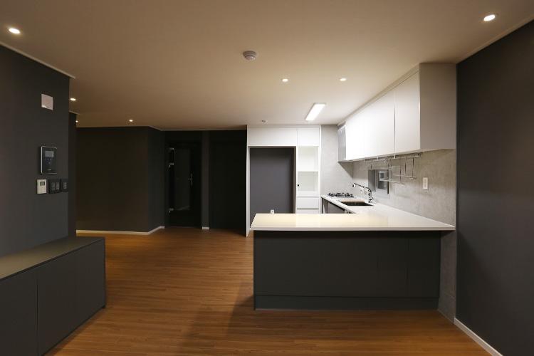 아티스트에게 집은 작업실과 동의어다. 어느 뮤지션의 남다른 집::인테리어, 리모델링, 역삼동, 세방하이빌, 우리 집이 달라졌어요, 칼슘두유, 아파트멘터리, 인터리어 비포애프터, 엘르, elle.co.kr::