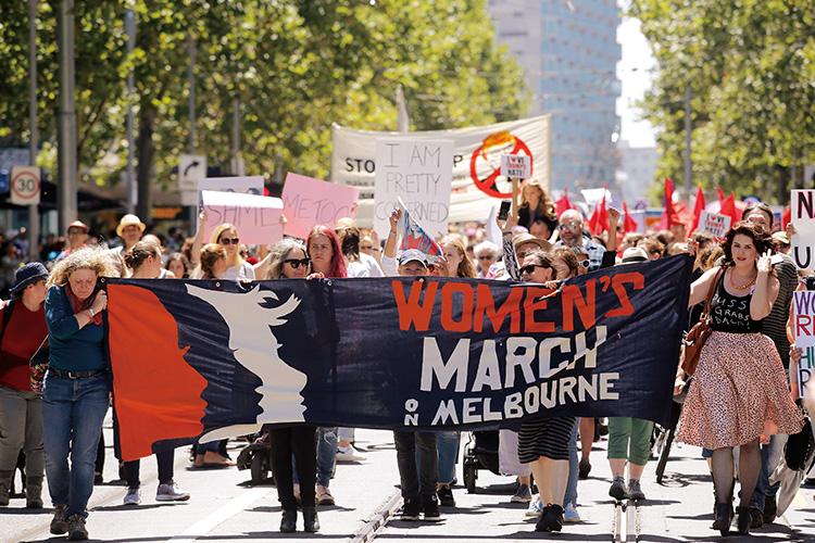 지난해 1월, 미국 전역에 핑크색 물결을 일으켰던 '여성들의 행진'. 정확히 1년이 지나 전 세계 주요 도시에서 두 번째 발걸음을 뗐다::핑크,핑크물결,여성들의행진,여성운동,페미니즘,평등,우먼스마치,멜버른,MeToo,TimesUP,엘르,elle.co.kr::