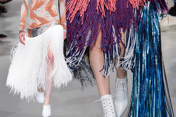 지금 가장 역동적인 패션 신의 주인공으로 떠오른 프린지의 리드미컬한 움직임::프린지,프린지백,프린지스커트,액세서리,엘르,elle.co.kr::